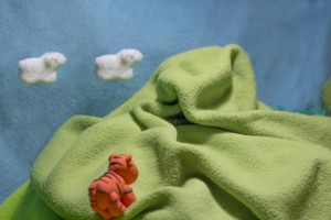 Облачка-овечки убегают за гору